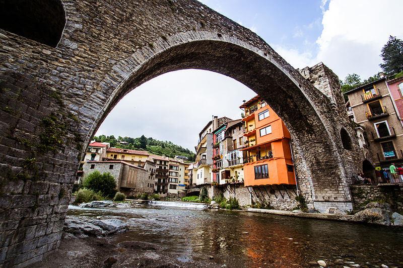 Camprodón1 (oficialmente y en catalán Camprodon) es un municipio español de la comarca del Ripollés, en la provincia de Gerona, Cataluña. Situado a 120 km de Barcelona y 75 de Gerona, en el valle de su mismo nombre, en la confluencia de los ríos Ter y Ritort, Camprodón es uno de los municipios más extensos de la comarca, gracias a la anexión de Freixenet, Rocabruna y Beget. Cuenta con una población de 2214 habitantes